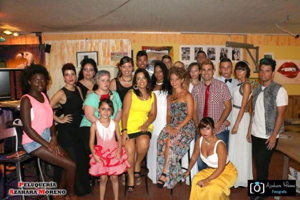 Azahara posa con sus modelos tras el desfile celebrado en el Bar Tequila, en el Puerto