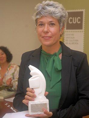 Marta Gómez posa con su trofeo. Foto: JJ. Mullor