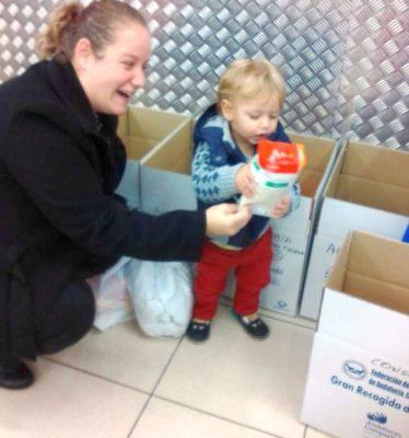 Un pequeño de Pechina colabora con la iniciativa solidaria del Banco de Alimentos