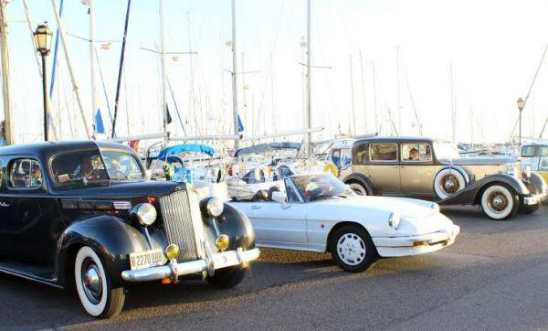 Vehículos antiguos en el puerto deportivo de Almerimar
