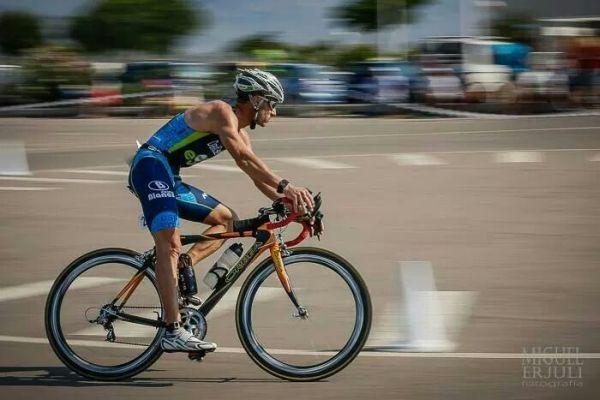 David García compite en bicicleta