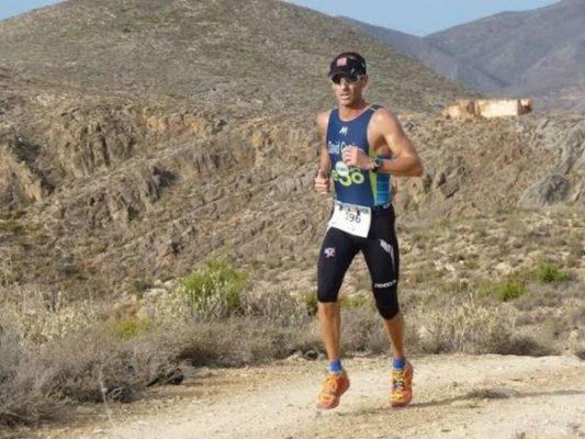 David entrena runing, uno de los segmentos del triatlón.