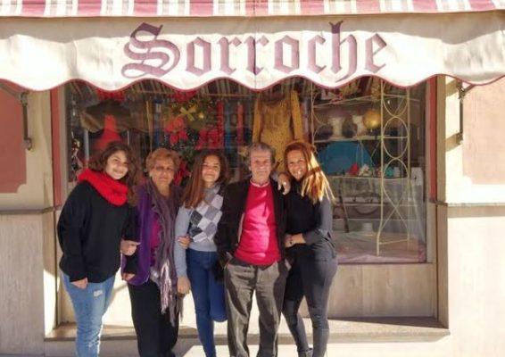 Pepe Sorroche con su mujer, hija y nietas