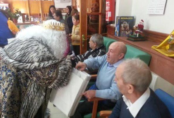 Melchor comparte unos minutos con los usuarios de la Residencia Ángeles de Huércal-Overa