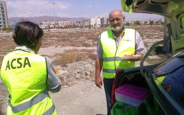 Voluntarios de ACSA reparten comida en determinados puntos de la capital