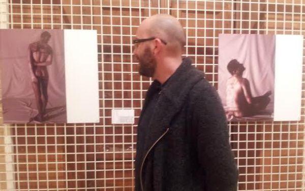 Cris Obal contempla una de sus fotografías incluidas en 'Almería en la piel'