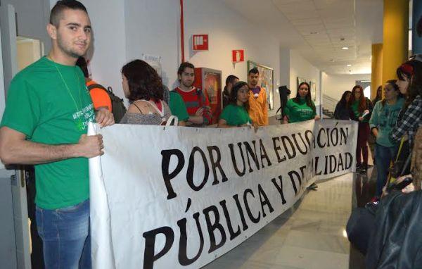 Los estudiantes han recorrido los aularios de la UAL  en demanda de una universidad no elitista