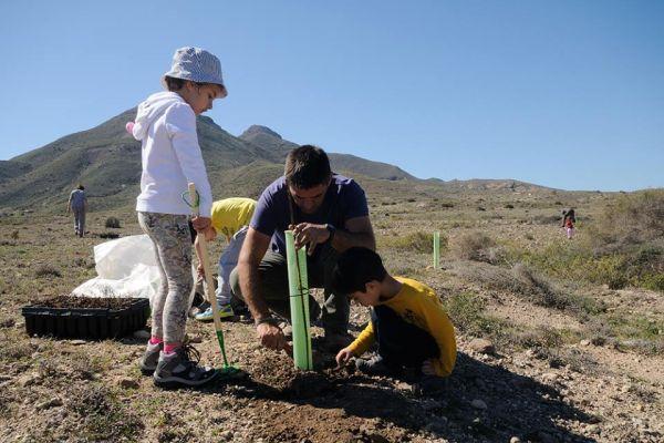 Niños y adultos participan en la jornada medioambiental