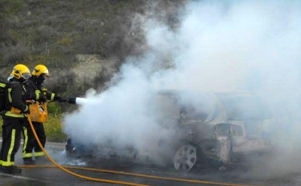 El Volkswagen se encontraba calcinado a la llegada de los bomberos