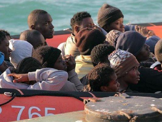 Hospitalizados tres hombres en estado crítico, dos mujeres y una niña de una patera con 27 subsaharianos y 22 desaparecidos