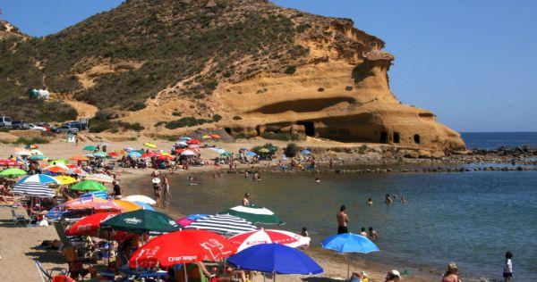 Las sombrillas a seis metros de la orilla de la playa