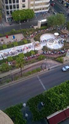 El reparto de abanicos forma largas colas en la Rambla de Almería