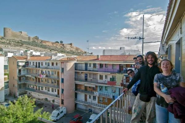 Grupo de graffiteros y muralistas en una terraza de La Chanca