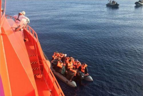 Salvamento Marítimo rescata a 370 personas a bordo de varias pateras en el mar de Alborán