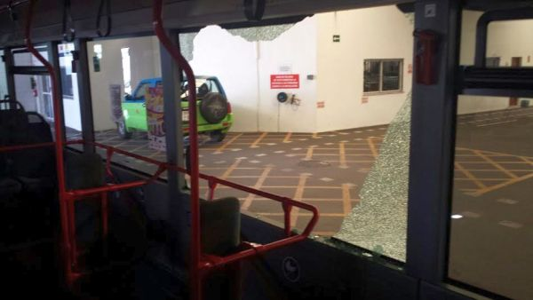 Estado en el que quedó el autobús tras recibir la pedrada