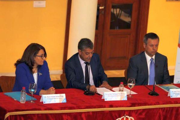 En el centro, el rector de la UAL, Carmelo Rodríguez, con María Dolores Genaro Moya, consejera del Tribunal de Cuentas y Juan Francisco Pérez Gálvez, codirector del curso.