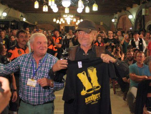 Terence Hill con la camiseta de AWFF