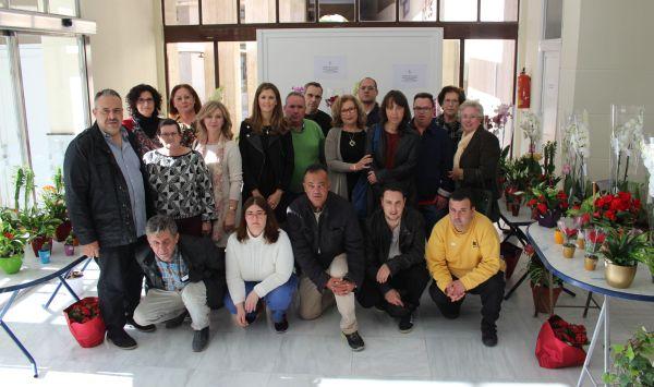 Alumnos del taller de Jardinería y concejala posan en el hall del Ayuntamiento