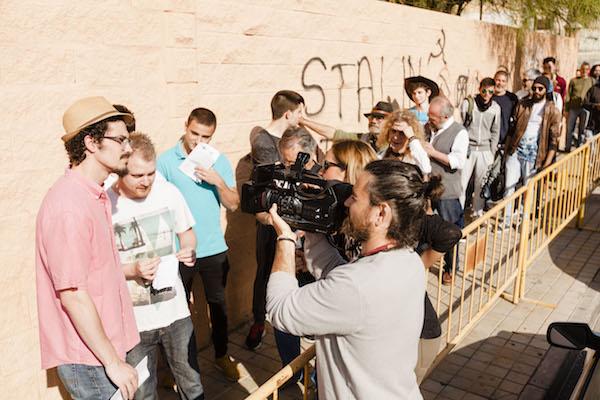 Aspirantes a participar en la película francesa hacen cola en el pabellón de la capital