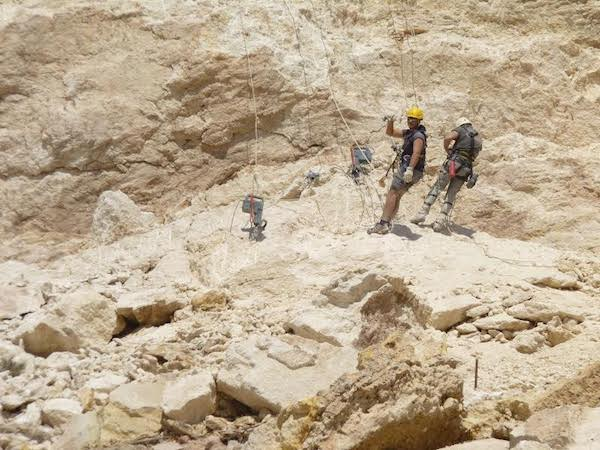 Técnicos de la empresa Paramassi afianzan la ladera