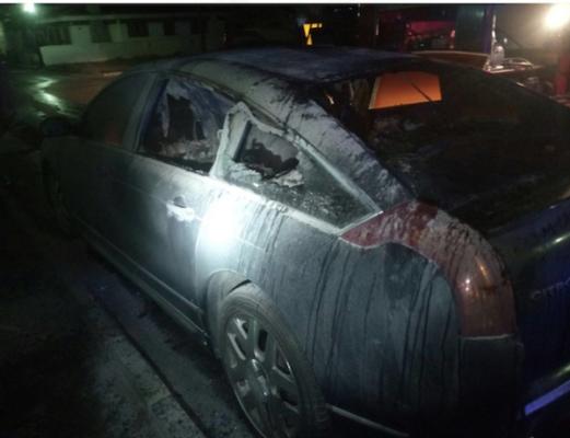 El coche siniestrado tenía una piedra en su interior y una luna rota