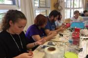Vícar pone en marcha un taller solidario de bisutería a favor de las víctimas de cáncer