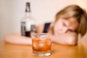 Más de 5.600 personas comienzan al año un tratamiento por alcoholismo en Andalucía