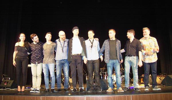 Juanma Linde acompañado de sus músicos