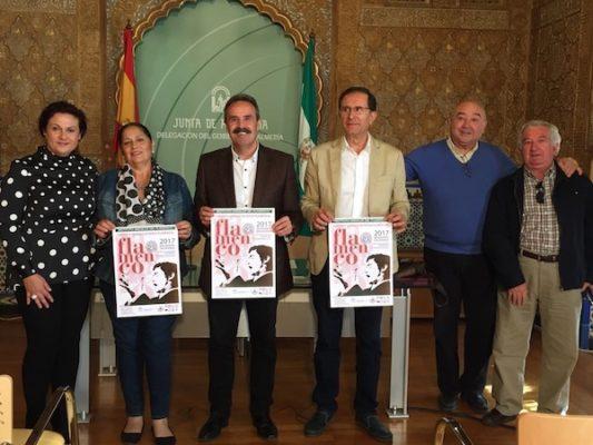 Alfredo Valdivia, delegado  de Cultura, con representantes de peñas flamencas