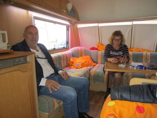 Rafael Villegas y Luisa Ortega, en una de las caravanas frente a la Jefatura Provincial de Tráfico de Almería