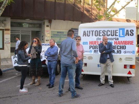 Rafael Villegas y miembros de las autoescuelas de Almería