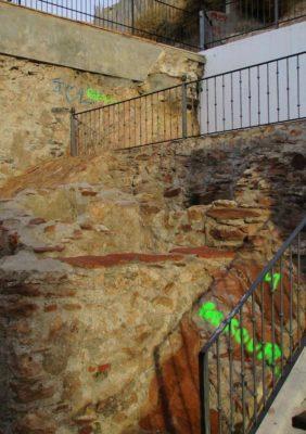 Algunas de las pintadas aparecidas en el entorno del Molino del Lugar
