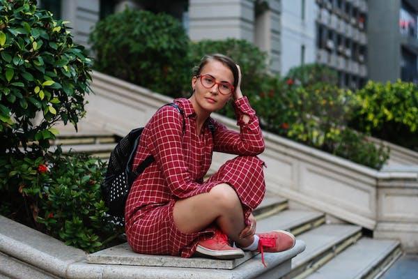 Chica con gafas rojas
