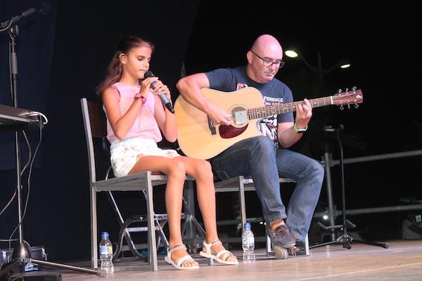Una de las actuaciones de Laura en San Juan de los Terreros junto a su profesor de música Pepe Rodríguez