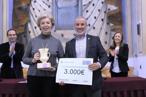 Alcalde entregando premio a María Sanz. Vera
