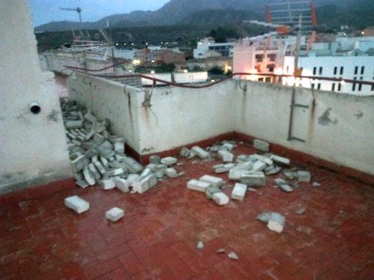 Parte del edificio ha sufrido desprendimientos a causa del viento