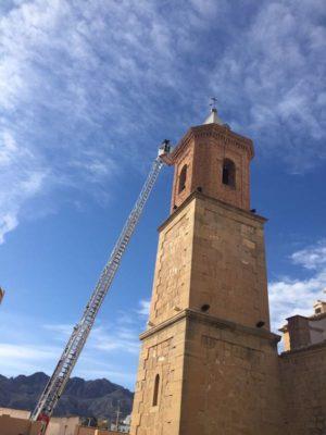 Bomberos de Levante intervienen en la torre de la iglesia de Turre