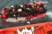 Rescatan a 29 ocupantes de una patera y sigue la búsqueda de 43 desaparecidos en aguas de Alborán