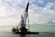 El 'Saipem 3000' levanta un barco de 2.400 toneladas en el puerto de Almería para probar su grúa flotante
