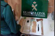 Sorprendidos con un hacha, 27 gramos de coca y más de 3.000 euros cuando circulaban en coche por Roquetas de Mar