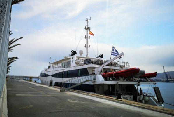 El yate-crucero Harmony V hace su segunda escala en el puerto de Almería