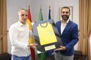 Fernández Borbalán regala al Ayuntamiento de Almería la camiseta de su último partido de Champions