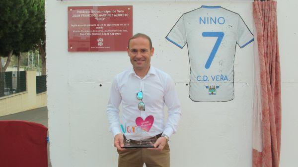 Vera homenajea al futbolista Nino