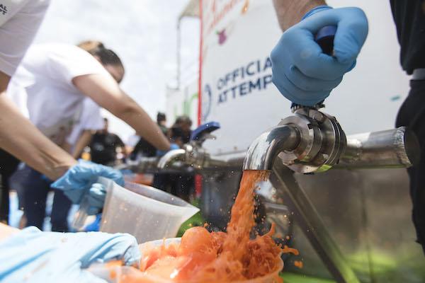 Almería bate récord Guiness con la elaboración de 9.800 litros de gazpacho solidario