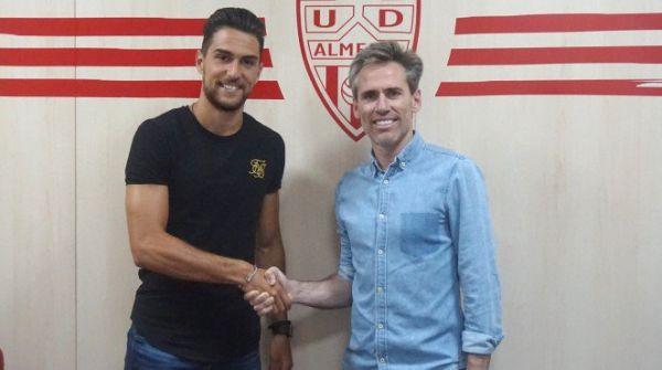 Juan Ibiza firma tres temporadas con el Almería