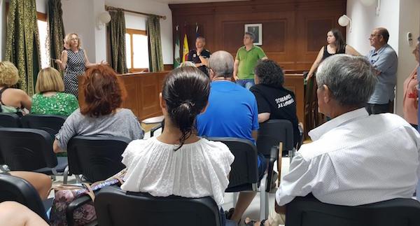 Reunión mantenida por el alcalde de Viator con diferentes asociaciones para explicar los trámites en la construcción de los dos parques caninos.