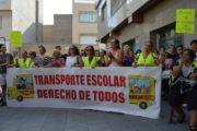 Afectados por el transporte escolar en Roquetas se concentran para exigir a Amat lo prometido