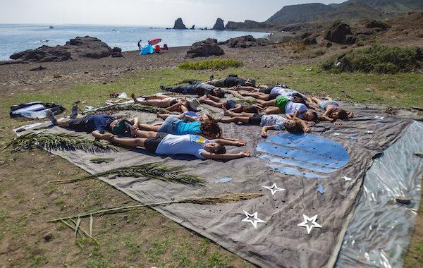 Almería realiza un cianotipo gigante en la playa de Los Escullos