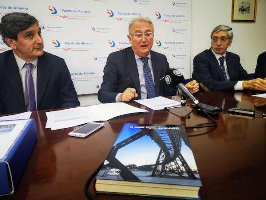 Jesús Caicedo en la firma del convenio con la UTE encargada de las obras del Cable Inglés