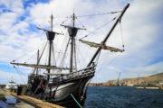 La réplica de la nao 'Victoria' se refugia del temporal en el puerto de Almería